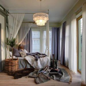 Duża ilość miękkich tkanin nada sypialni przytulny klimat. Fot. Wendre