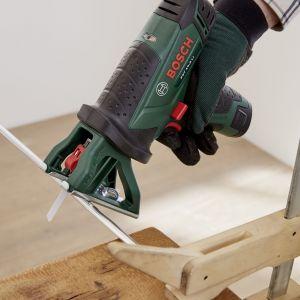 W czasie schnięcia lazury, możesz zająć się mocowaniem podwieszenia. Przy pomocy piły uniwersalnej i brzeszczotu do metalu potnij rurkę aluminiową tak, aby otrzymać  3 elementy o długości 30 cm. Posłużą one jako elementy dystansowe pomiędzy obydwoma blatami. Fot. Bosch