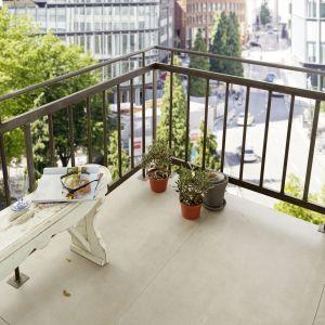 Twój stolik jest już gotowy. Pora na relaks: załóż okulary przeciwsłoneczne i weź do ręki ulubioną powieść. Życzymy udanego majsterkowania i cudownych chwil na balkonie! Fot. Bosch