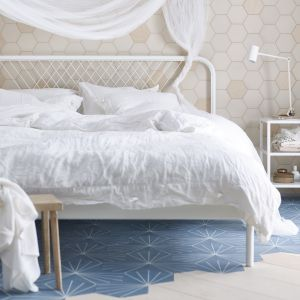 Łóżko Nesttun z metalową ramą. Fot. IKEA