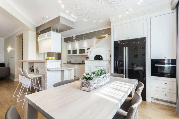 Od jakiegoś czasu, jasne minimalistyczne wnętrza cieszą się popularnością. Przestronne wnętrza w stylu skandynawskim są powszechnie znane i lubiane. Wraz z tym trendem, dużym zainteresowaniem zaczęły się cieszyć też białe stoły.