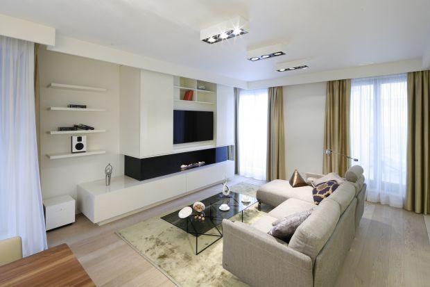 Urządzając salon bardzo często sięgamy po ponadczasową biel. Warto wiedzieć, jakie wówczas wybrać meble, aby z bielą ścian pięknie wypełniły przestrzeń.