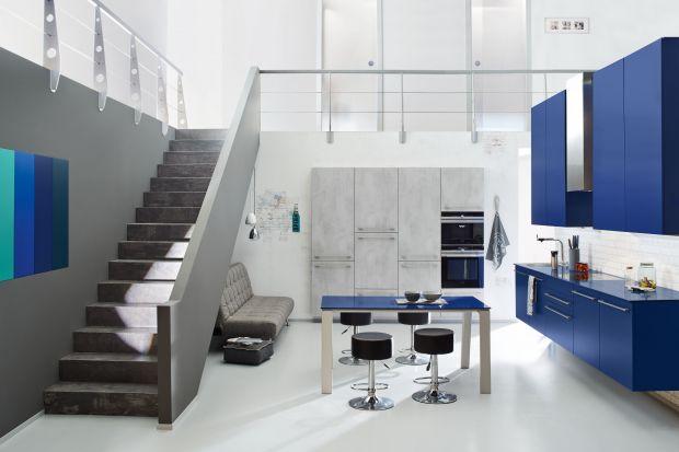 Elegancki granat, delikatny błękit czy turkus to pełne uroku kolory, które świetnie wyglądają we wnętrzach. Możemy zastosować je zarówno w salonie, jak i w kuchni czy sypialni. Dobrze czują się też w pokoju młodzieżowym.