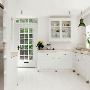 Blat z dekorem Daglezja Bielona R3901 Zieleń Ojców jest bardzo jasny i doskonale komponuje się z białymi meblami kuchennymi. Fot. Pfleiderer