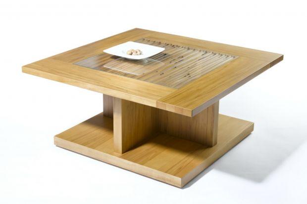 Elegancki stolik z przeszklonym blatem.