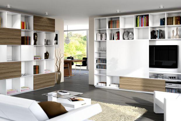 W ściennej wnęce, pod oparciem kanapy, przy wezgłowiu łóżka, a może na półkach regału o oryginalnym kształcie? Sposobów na przechowywanie książek w mieszkaniu jest wiele, nawet jeśli nie dysponujemy dużym metrażem.