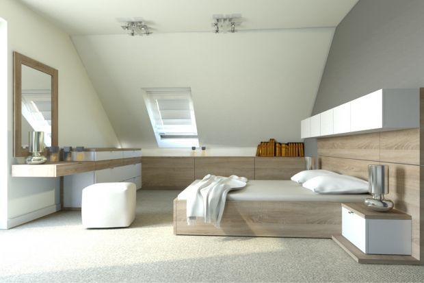 Sypialnia w pomieszczeniu ze skośnym sufitem może wyglądać klimatycznie i przytulnie. Chociaż na pozór niełatwo ją urządzić ze względu na trudne zakamarki, warto pomyśleć nad funkcjonalnymi i efektownymi rozwiązaniami.
