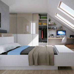Wnękę pod skosem w sypialni można wykorzystać jako kącik do pracy. Fot. Komandor