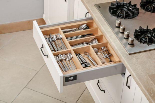 Nawet w najstaranniej rozplanowanej kuchni chaos może opanować szuflady. Szkoda czasu i nerwów na szukanie potrzebnych w danej chwili rzeczy – w utrzymaniu idealnego porządku pomóc mogą użyteczne akcesoria do szuflad.<br /><br /><b