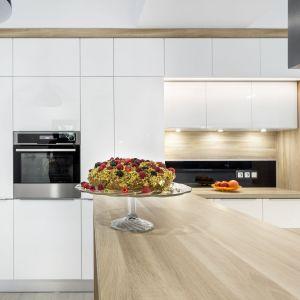 Kuchnia Salt&Pepper. Przeważnie blaty drewniane wytwarzane są z drzew liściastych, które charakteryzują się większą twardością i odporności. Fot. A&K Kuchnie