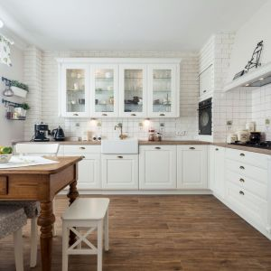 Kuchnia Provence. Szkło w kuchni nie zawsze musi grać pierwsze skrzypce. Równie dobrze wygląda jako dodatek i element dekoracyjny. Fot. A&K Kuchnie