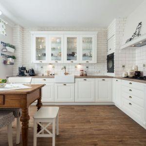 Kuchnia Provence. Fronty wykonane są z litego drewna dębowego i lakierowane na biało. Blat natomiast z laminatu. Uchwyty w kolorze starego złota wizualnie spinają całość. Fot. A&K Kuchnie