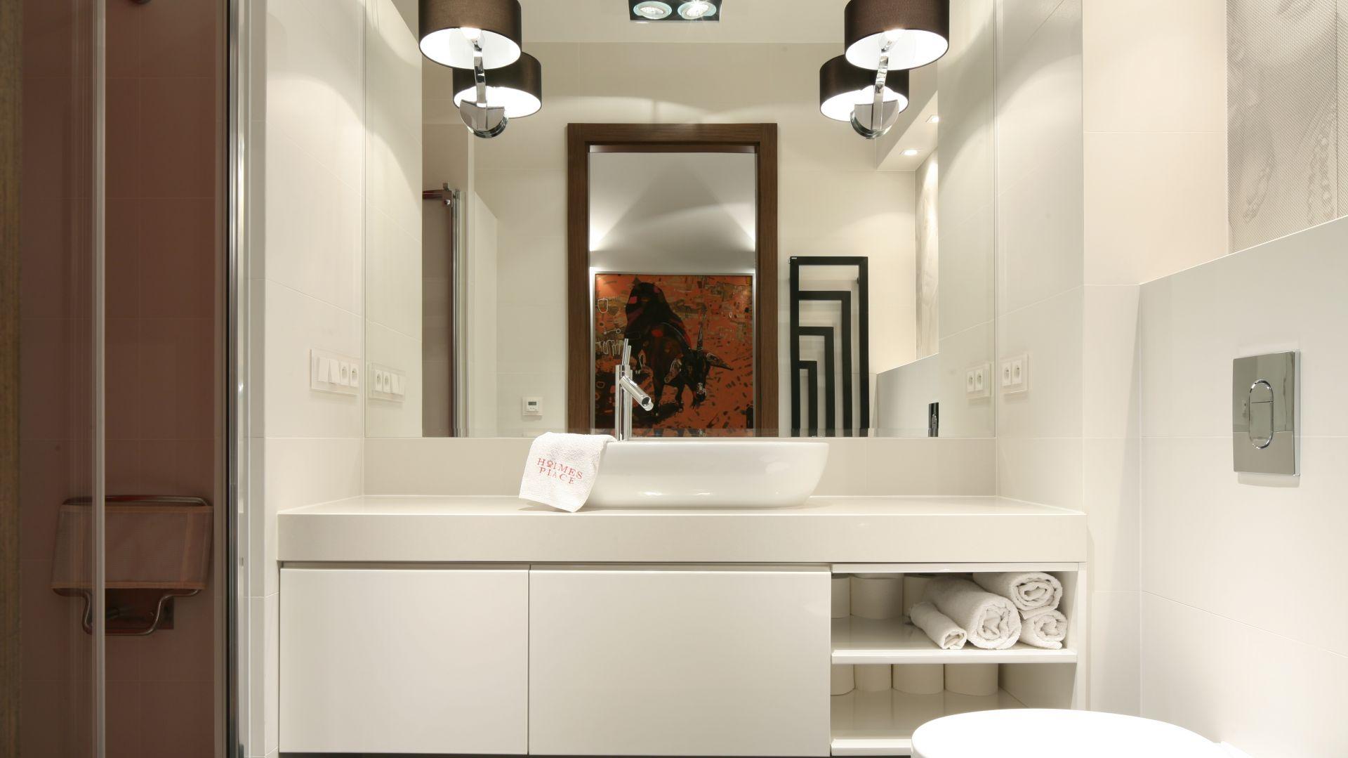 Białe meble pod zabudowę z otwartymi pólkami to świetny sposób na wyeksponowanie ręczników. Projekt: Małgorzata Galewska. Fot. Bartosz Jarosz