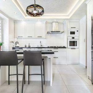 Klasyczne meble kuchenne doskonale prezentują się w bieli. Fot. Studio Amir/Max Kuchnie