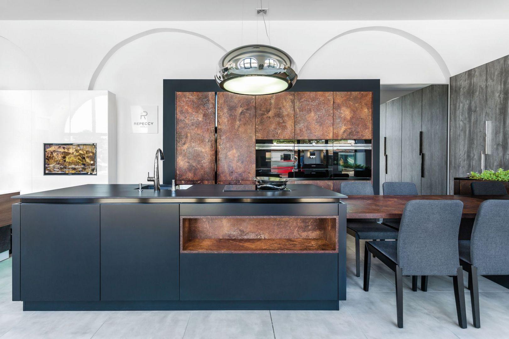 Wystarczą oryginalne gadżety i akcesoria aby urozmaicić i odświeżyć nijaką kuchnię, np. oryginalne, fikuśne krzesło, duży, nowoczesny obraz na ścianie, lampa o industrialnym wykończeniu. Fot. Studio Repeccy - Max Kuchnie