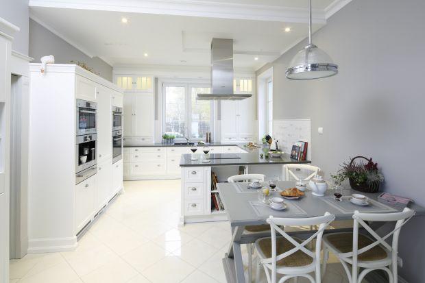 Kuchnia urządzona w klasycznym stylu zachęca do gotowania. Stylowe, pełne ciepła wnętrze przypomina o rodzinnych tradycjach i zapewnia beztroską atmosferę podczas pracy w kuchni.