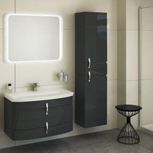 Seria Lambo wyróżnia się zdobnym frezem na frontach. W ramach zestawu: szafka pod umywalkę, słupek wiszący 2 drzwiowy (z opcją kosza na bieliznę), półsłupek wiszący, lustro i umywalka. Fot. Devo