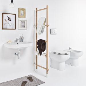 Drabinka łazienkowa Rung to świetne uzupełnienie mebli łazienkowych. Dostępna w komplecie z lustrem oraz pojemnikiem na odpady. Fot. Ever by Thermomat