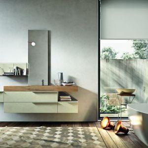 Seria Giunone to połączenie drewna oraz okleiny wiernie oddającej rysunek betonu. Kompozycję uzupełniają minimalistyczne uchwyty rozciągnięte na całą szerokość szafki. Fot. Edone