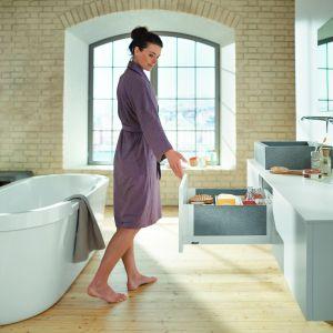 Meble łazienkowe z szufladą Legrabox. Posiada ona system segregacji. Dostępna w opcji jednolitej, w kolorze stali nierdzewnej lub z transparentnym bokiem. Fot. Blum/Merkury