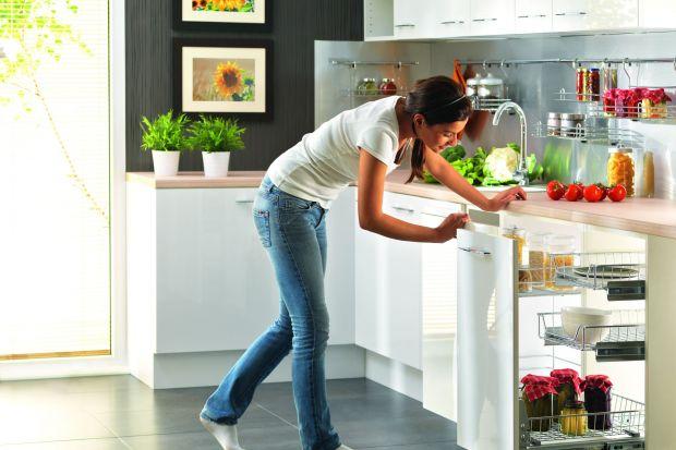 Nic tak nie szpeci kuchni jak nadmiar przedmiotów na blatach roboczych. Rozwiązaniem tego problemu może być spiżarnia, która znacznie ułatwia utrzymanie porządku w kuchni.