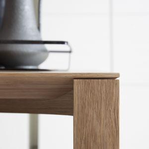 Lekko ścięty blat drewnianego stołu zmienia cały jego wizerunek. Fot. Pianca