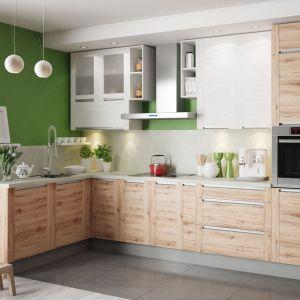Urokliwe gatunki drewna i wysokie pojemne szafki górnej zabudowy okazały się atutami kuchni Olivia Soft. Fot. KAM