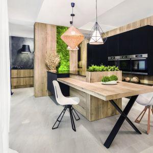 Zielone ściany z mchu dodadzą wnętrzu naturalności. Na zdjęciu kuchnia Musco. Fot. Vigo Kuchnie