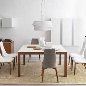 Stół Sigma pięknie komponuje się z białym krzesłami. Mebel wygodnie pomieści większą liczbę osób. Fot. Calligaris