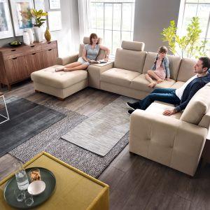 Modułowa sofa Taboo oferuje wygodną przestrzeń do siedzenia, ale również praktyczne półki w podłokietnikach. Fot. Wajnert Meble