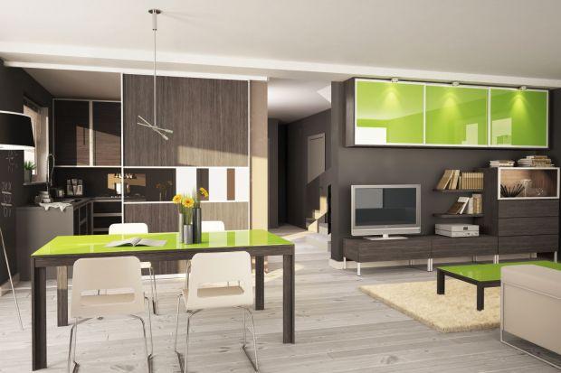 Coraz większą popularność zyskuje trend, który zakłada choć subtelne wydzielenie stref w mieszkaniu. Aby wprowadzić taki podział, nie zawsze trzeba od razu urządzać remont.