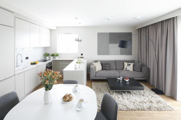 Kuchnia w małym mieszkaniu może być bardzo praktyczna i funkcjonalna. Doskonale sprawdzają się zabudowy w formie aneksu.