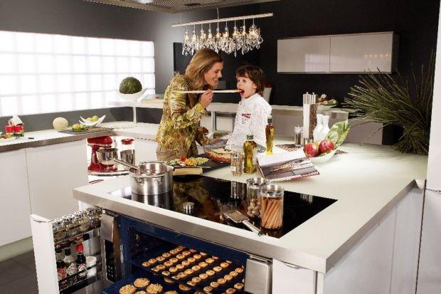 Istotną kwestią z perspektywy mamy jest zagospodarowanie kuchennej przestrzeni tak, aby zmieściło się w szafkach jak najwięcej produktów. Nie mniej ważna jest wygoda podczas przygotowywania posiłków, zwłaszcza kiedy poza wychowywaniem dzieci za