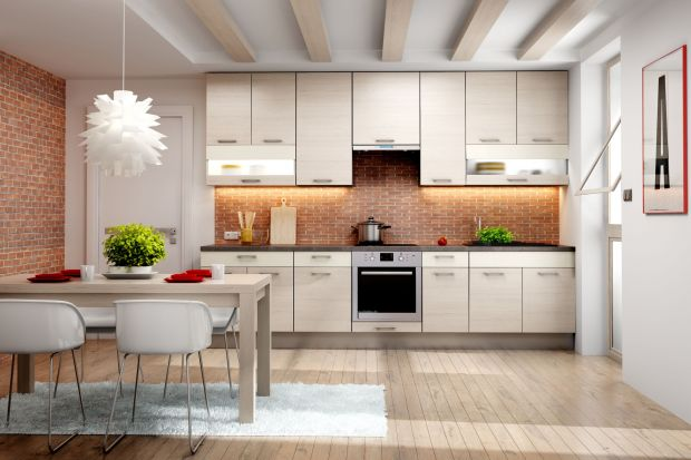 Ich wybór nie powinien być przypadkowy. Pionowe optycznie podwyższą pomieszczenie, poziome – sprawią, że wyda się bardziej przestronne. Odpowiednio dobrane fronty mogą poprawić wizualnie proporcje kuchni.