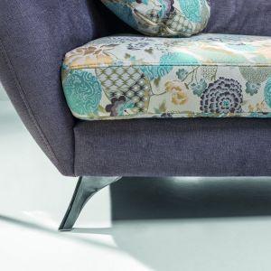Ozdobą sofy Vittorio są nóżki o ciekawym kształcie i siedzisko z kolorowym printem. Fot. Stagra