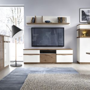Kolekcja Como to białe meble ocieplone drewnem. Fot. Taranko