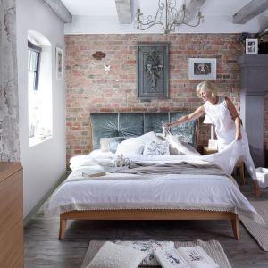 Sypialnia Dream Natur to meble z naturalnego drewna. Elegancji dodaje im tapicerowany zagłówek łóżka. Fot. Swarzędz Home