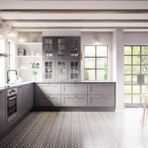 Klasyczna kuchnia doskonale prezentuje się w szarym kolorze. Fot. HTH