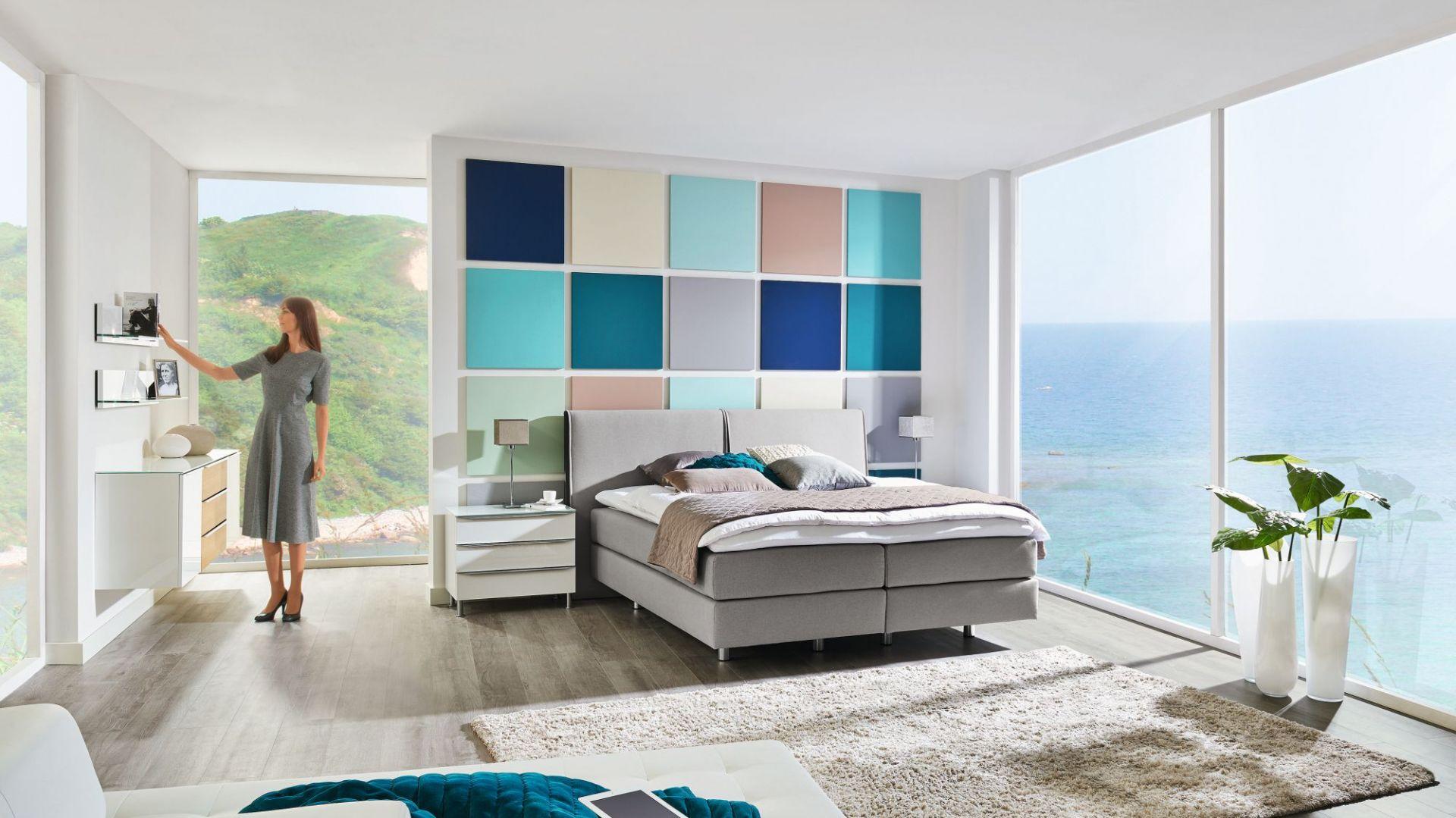 Łóżko kontynentalne Comfort obite tkaniną w najmodniejszym kolorze szarym. Fot. Huelsta