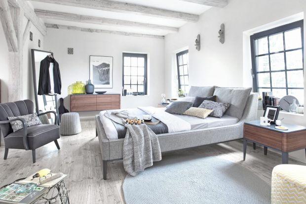 Szare łóżko to modny element nowoczesnej sypialni. Stonowany charakter mebla świetnie sprawdzi się w miejscu relaksu i odpoczynku.