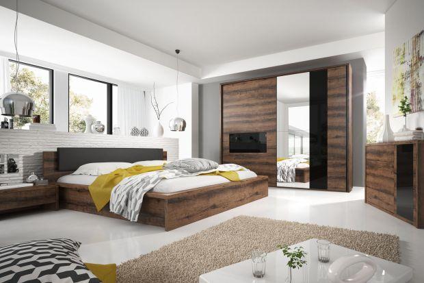 Meble z dekorem drewna są klimatyczne i stylowe. Wnoszą do wnętrza sypialni styl i ciepły charakter.