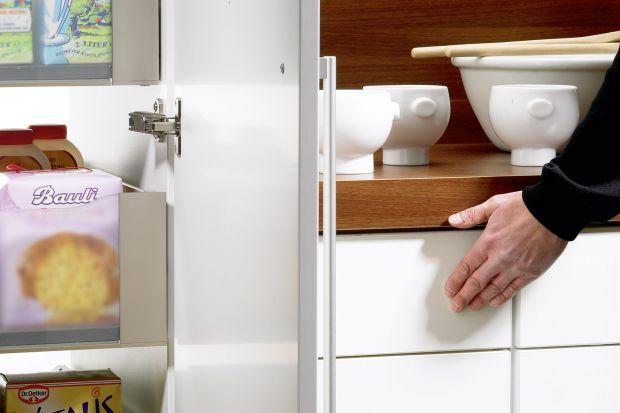 Lekkim naciśnięciem frontu dajemy znak do otwarcia szuflady. Bez uchwytów, bez problemów. Dlaczego fronty bezuchwytowe są takie popularne? Odpowiadamy...