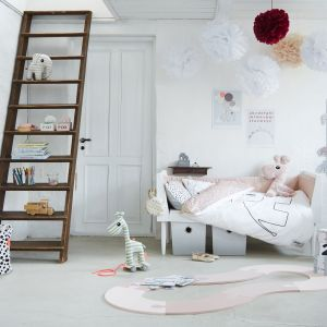 Niewielka drabina spełni funkcję ozdobną także w pokoju dziecka. Fot. TakaTomo