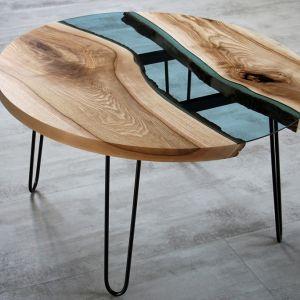 Stół marki Malita Just Wood z błękitnym szkłem wkomponowanym w drewniany blat. Fot. Malita Just Wood