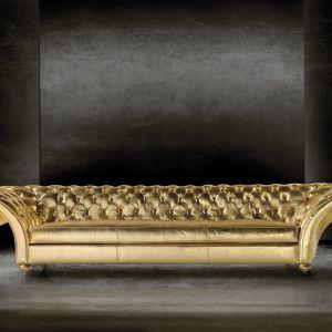 Złota, pikowana sofa sprawi, że wnętrze zyska niezwykle luksusowy wygląd. Fot. Touched Interiors