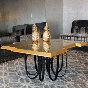 złoty regał bądź stolik kawowy sprawdzi się zarówno we wnętrzach klasycznych jak i nowoczesnych. Fot. Jetclass