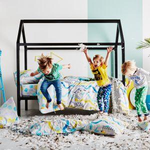 Łóżko domek to wspaniała przestrzeń do spania i zabawy. Można udekorować je baldachimem. Fot. Indie Art & Design