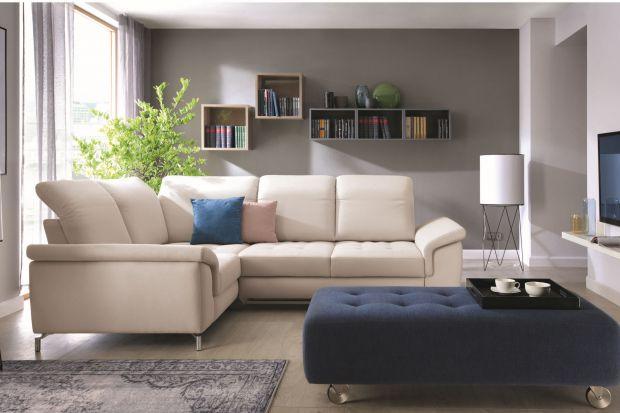 Biała sofa prezentuje się bardzo elegancko. Można ją również łączyć z dowolną aranżacją salonu. Takie nowości znajdziemy w ofercie producentów.
