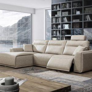 Sofa Dolores posiada wysuwany podnóżek. Fot. Primavera Furniture