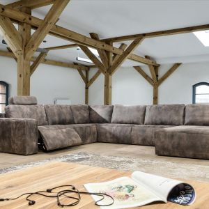Narożnik Madrid. Sofa wzbogacona jest o funkcję relaks, która pozwala na swobodną zmianę z pozycji siedzącej na leżącą i odwrotnie. Przycisk oraz wejście USB umieszczone są w podłokietniku. Fot. Primavera Furniture